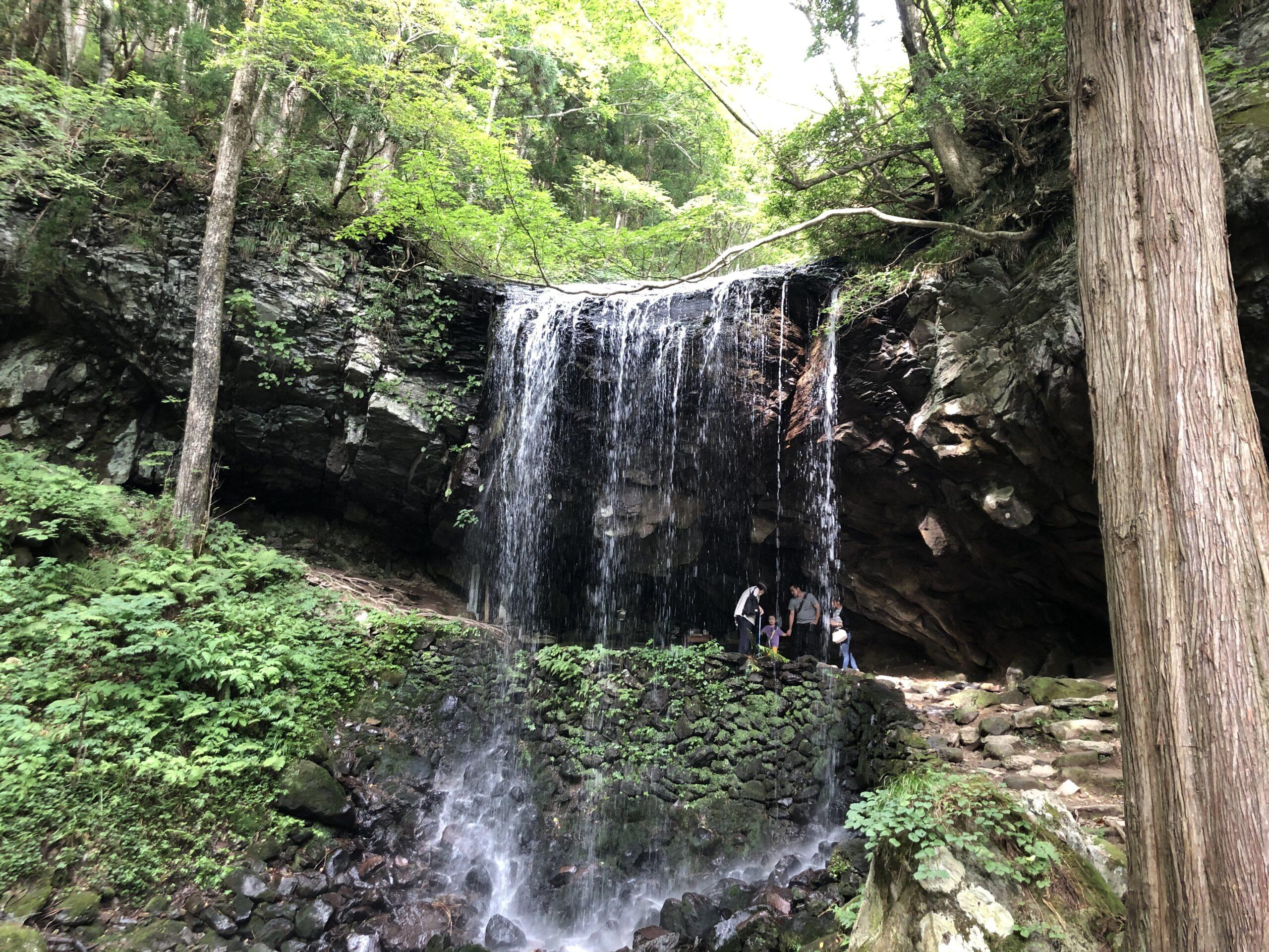岩井滝と奥津湖。